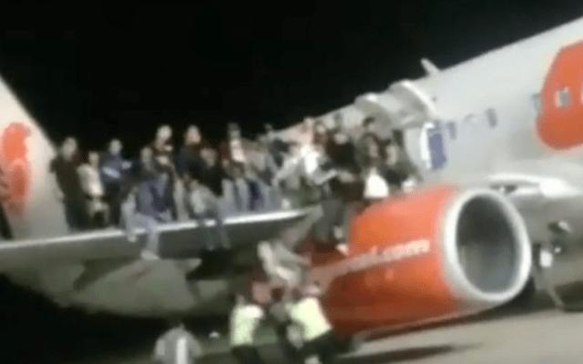 #Video Broma de supuesta bomba en avión deja al menos 11 heridos