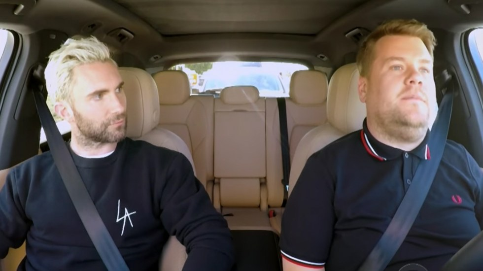 #Video Policía intercepta a James Corden y Adam Levine cuando grababan Carpool Karaoke