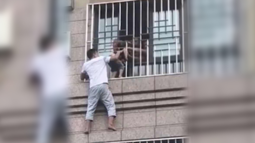 #Video Rescatan en China a menor que colgaba de una ventana - Captura de Pantalla