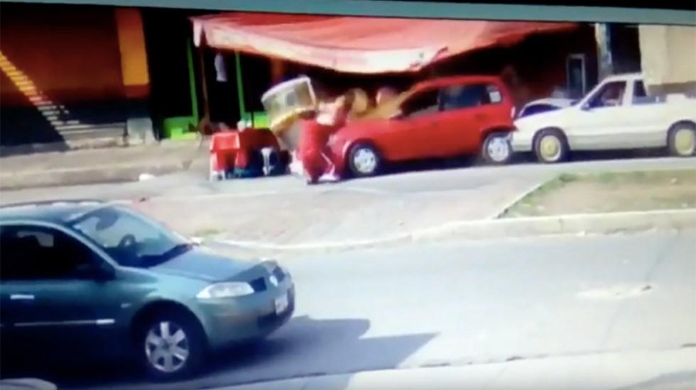 #Video Conductor ebrio destruye puesto de carnitas en Edomex - Foto de Internet
