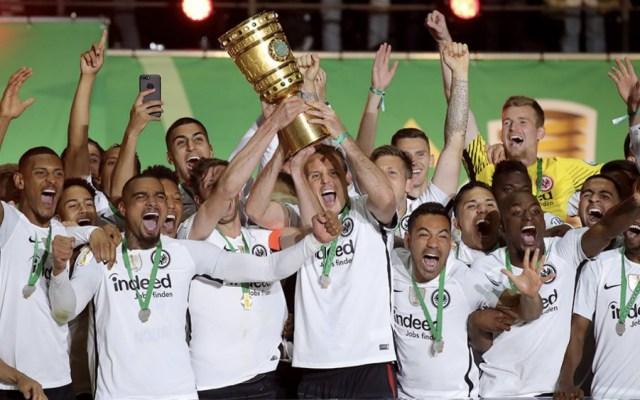 Salcedo y Marco Fabián son campeones de la Copa de Alemania - Foto de @mifutbolclub