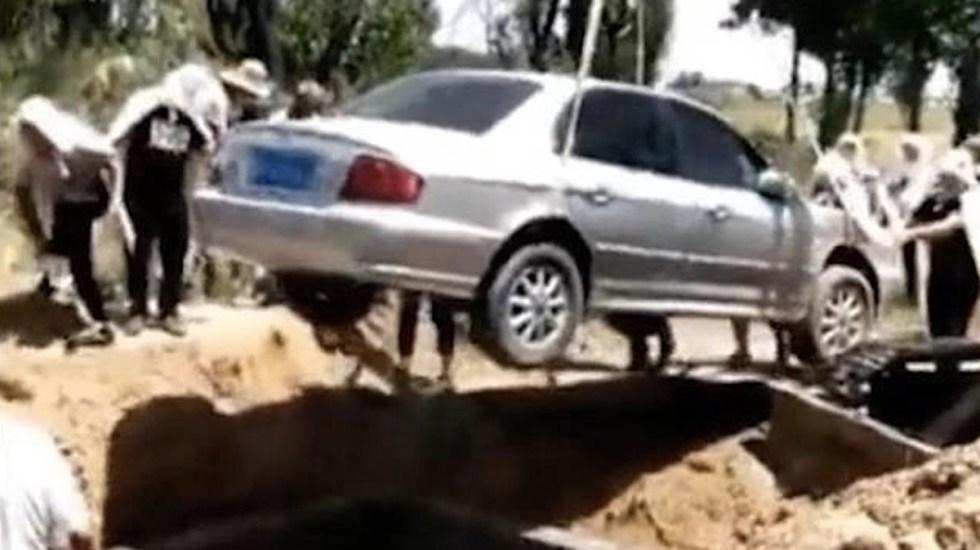 #Video Entierran a hombre en vehículo en China - Foto de Internet