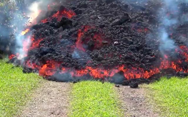Vuelve para checar su casa de Hawaii y encuentra lava en el jardín