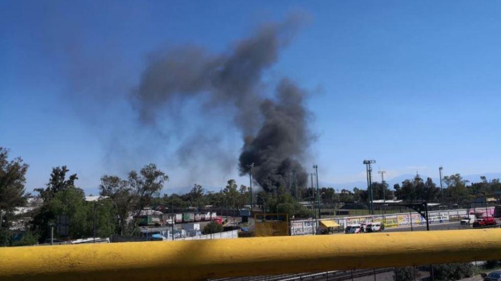 Se incendia depósito de vehículos en San Juan Aragón - Foto de @FORO_TV