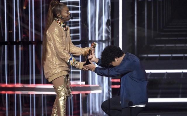 Bruno Mars le entrega a Janet Jackson el premio Icono en la ceremonia de los Premios Billboard. Foto de Chris Pizzello/Invision/AP
