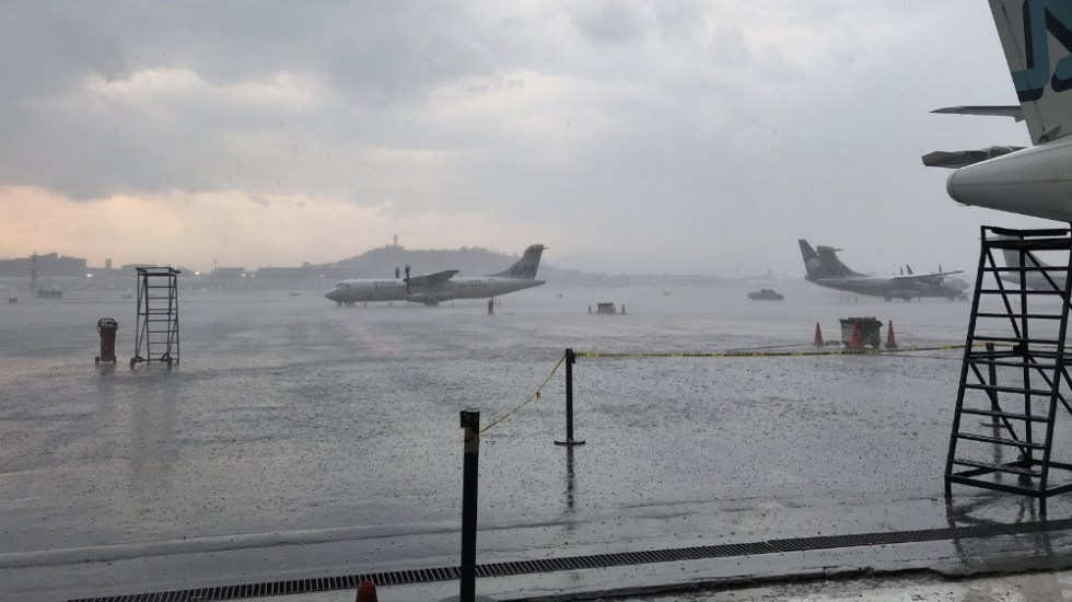 Reanuda operaciones AICM tras lluvia de este viernes - Foto de @ivanpilotoatz