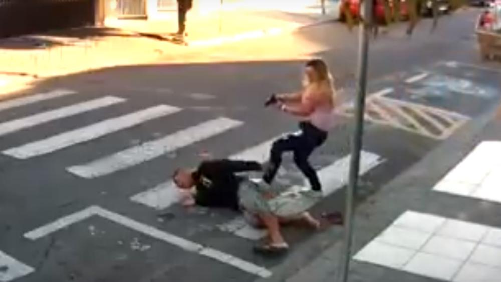 Mamá policía frustra asalto en Brasil y le dispara a ladrón #VIDEO