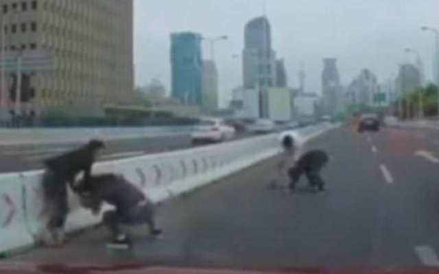 #Video Automovilistas se golpean en plena avenida