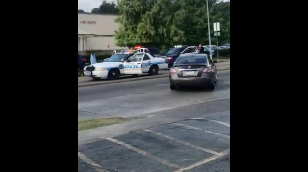 #Video Policía amenaza a mujer afroamericana en Houston - Captura de Pantalla