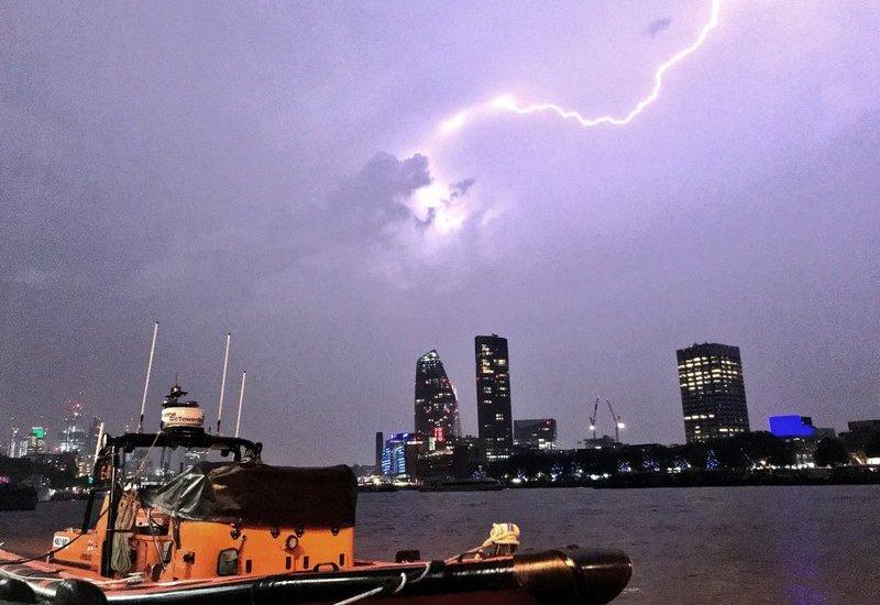 Miles de relámpagos atrasan vuelos en Reino Unido - Foto de AP