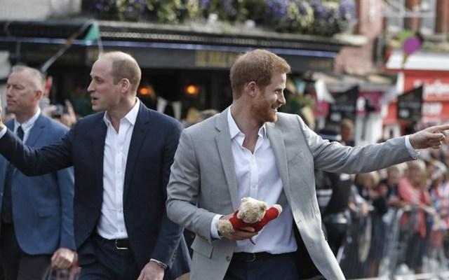 Príncipe Harry convive con fanáticos que se dieron cita en el castillo de Windsor - Foto de AP