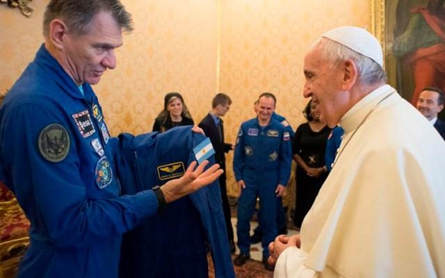 Astronautas regalan traje espacial al papa Francisco - Foto de Vatican Media