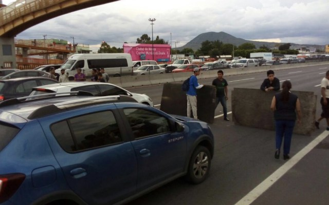 Bloquean manifestantes autopista México-Puebla - Foto de @IxtapalucaAntes