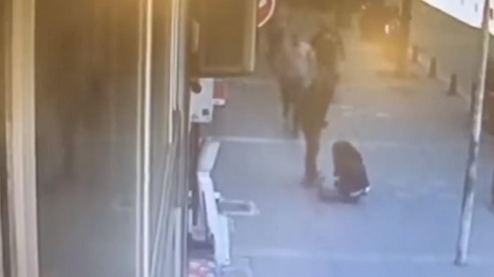 #Video Sujeto que golpeaba a su ex esposa recibe cabezazo en Turquía - Captura de Pantalla