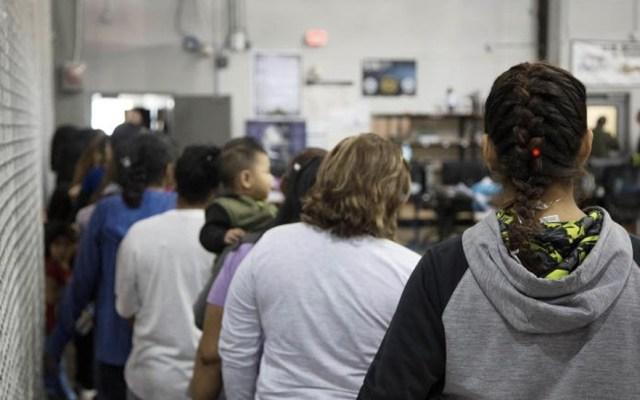 #Videos En jaulas albergan a niños y adultos migrantes detenidos en Texas - Foto de CBP