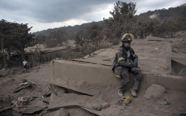 Ya son 116 los muertos por erupción del volcán de Fuego en Guatemala - Foto de AP
