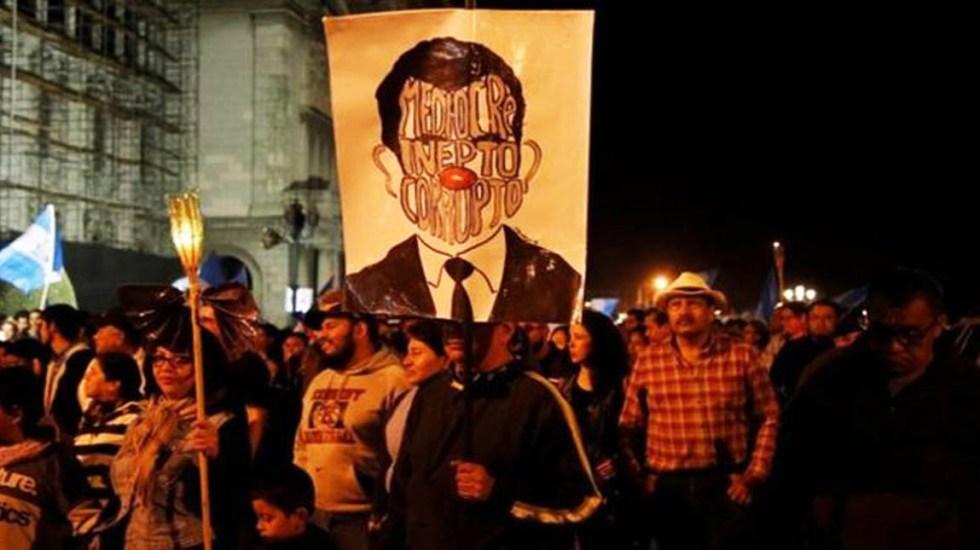 Exigen renuncia de Jimmy Morales por negligencia en Volcán de Fuego - Foto de Reuters