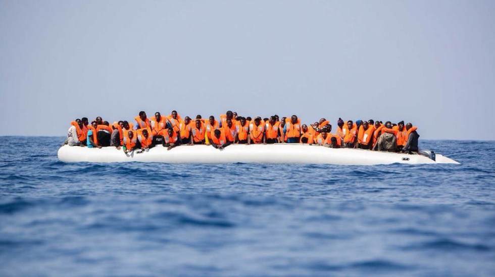 Italia prohíbe desembarcar a barcos con inmigrantes - Foto de @SOSMedItalia