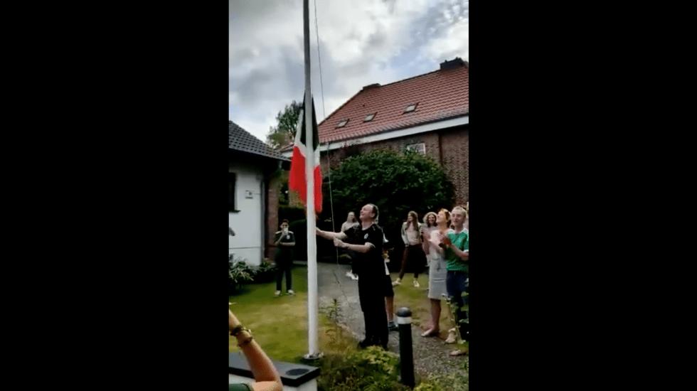 Alemanes izan la bandera de México en su casa
