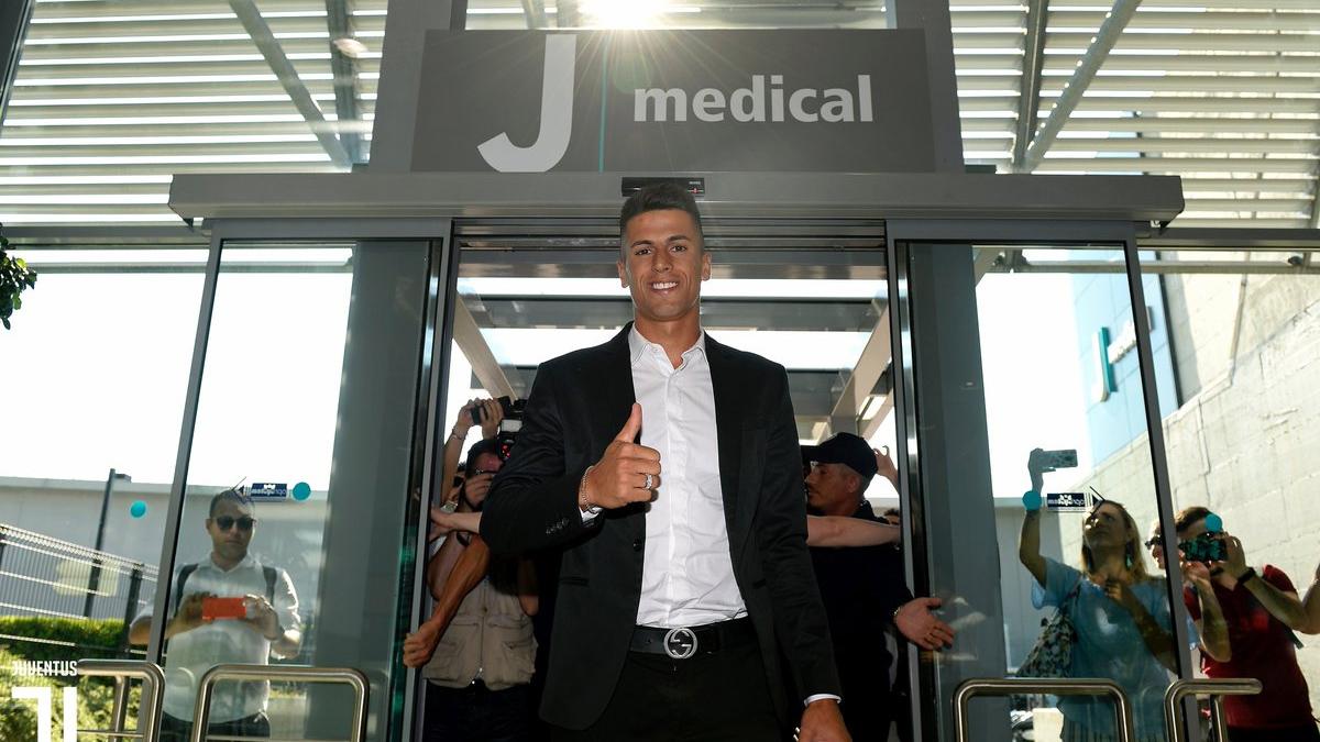 Cancelo aterriza en Turín para firmar por la Juventus