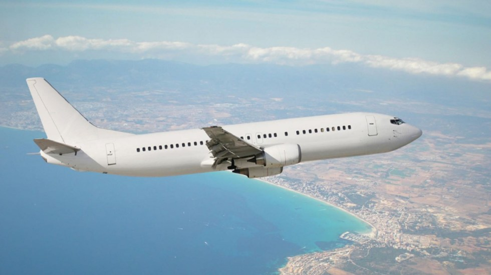 Falso que se pueda abrir la puerta de emergencia de un avión en pleno vuelo - Foto de internet