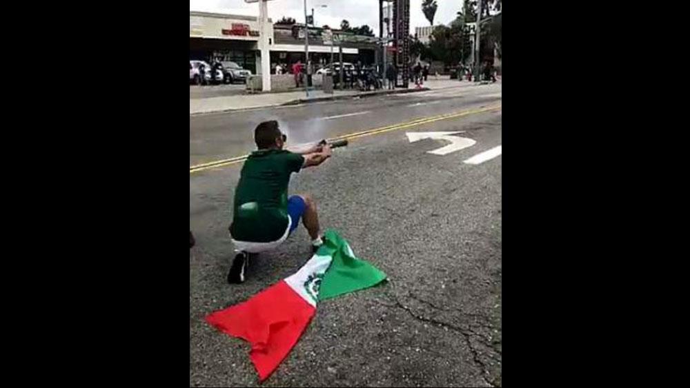 #Video Mexicano lanza fuegos artificiales a policías en EE.UU.