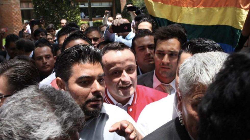 Entre gritos de apoyo y protesta, Mikel visitó la Ibero - Foto de @Amaya5M