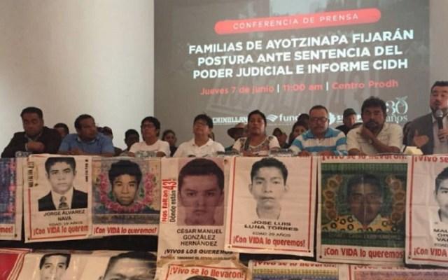 """Padres de los 43 rechazan 500 mil pesos como """"reparación del daño"""" - Foto de Twitter"""