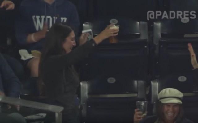 #Video Mujer cacha pelota con vaso de cerveza en partido de los Padres
