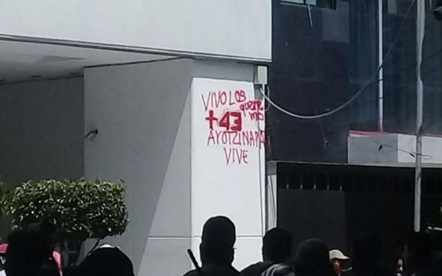 Simpatizantes de los 43 realizan pintas y lanzan huevos a PGR - Foto de @ApoyoVial
