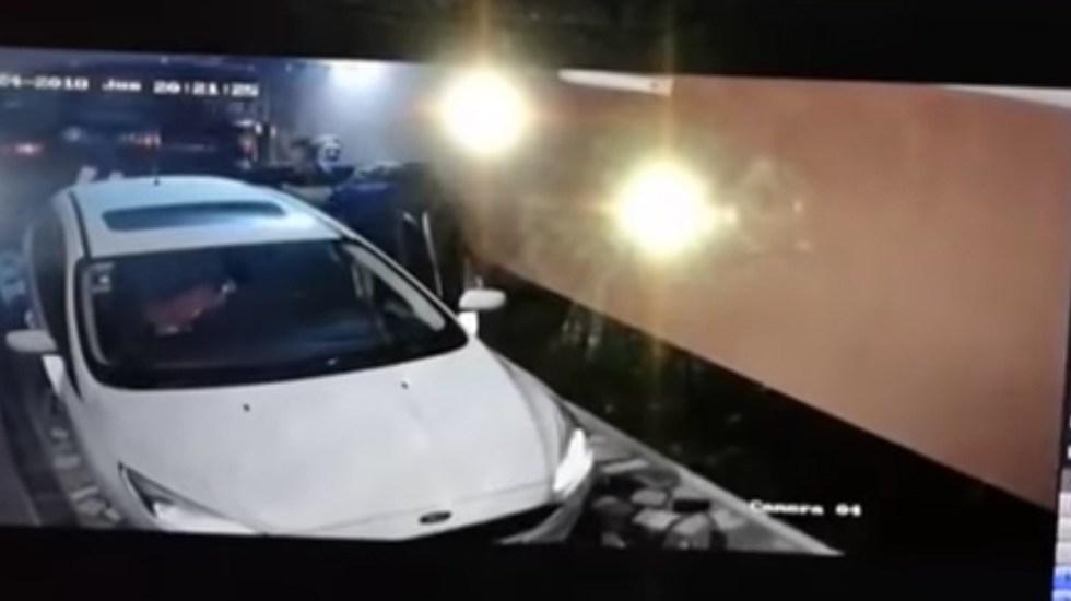 #Video Policía argentino mata a dos asaltantes en el garage de su casa - Captura de Pantalla