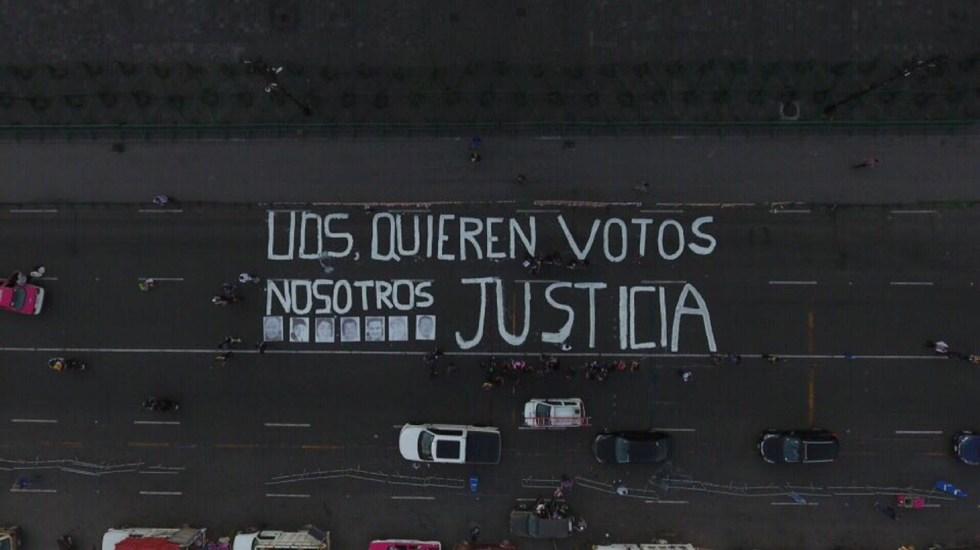Colectivo protesta contra asesinatos de periodistas en el Zócalo - Foto de @DerechoInformar