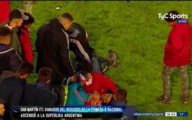 #VIDEO Dejan inconsciente a aficionado tras pelea por playera del ascenso - Foto de TYC.