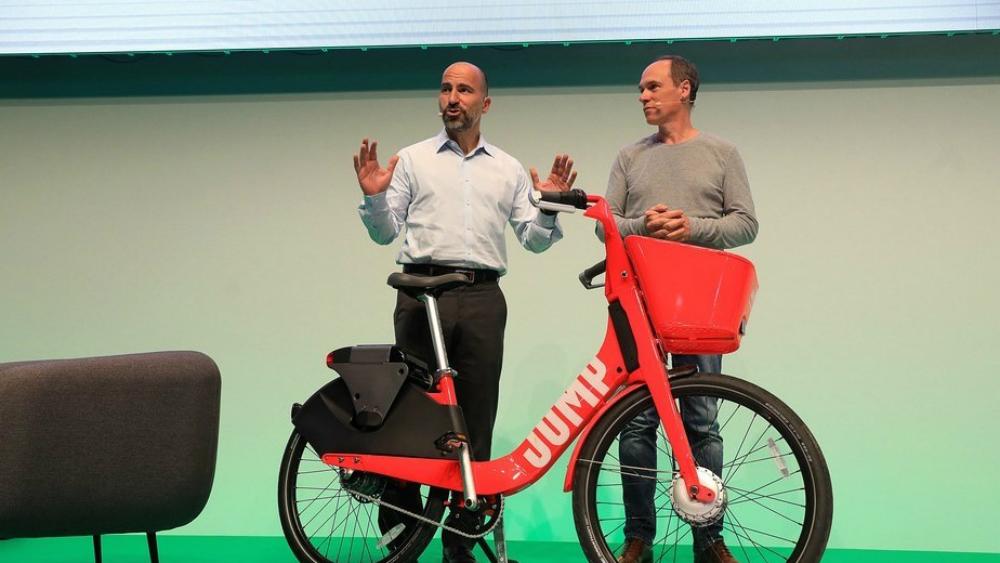 Uber lanza servicio de alquiler de bicicletas eléctricas en Alemania - Dara Khosrowshahi, CEO de Uber (izq.) durante la presentación del servicio Jump este miércoles. Foto de Bllomberg