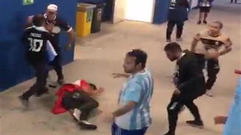 #Video Aficionados argentinos golpean a croatas tras perder partido - Foto Captura de Pantalla