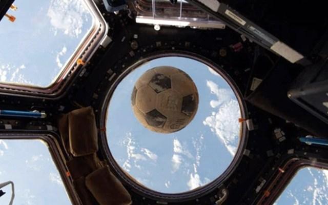 La historia del balón de futbol que viajó al espacio - Foto de @astro_kimbrough
