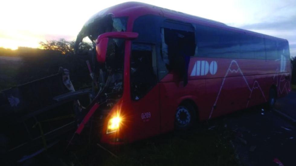 Autobús impacta contra camión en la México – Pirámides