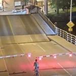 Ciclista casi muere aplastada por puente levadizo