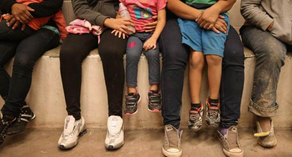 Pediatras comparan el trato que da EE.UU. a niños migrantes con la tortura - familias