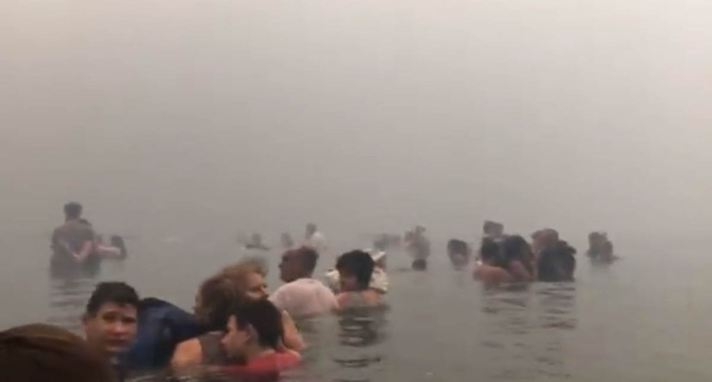 #Video Habitantes de Grecia se refugian en el mar por incendios - Foto Captura de Pantalla
