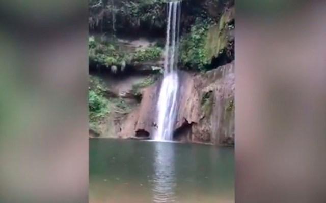 #Video Muere turista tras resbalar y caer a cascada