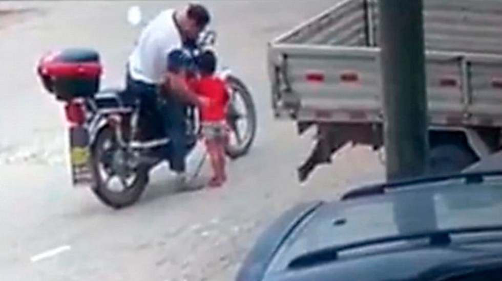 #Video Motociclista secuestra a niña de tres años en China