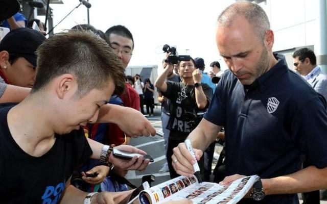 Cientos de aficionados japoneses recibieron a Andrés Iniesta