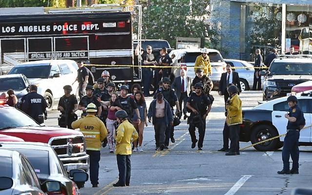 Detienen a hombre que tomó rehenes en supermercado  Los Angeles - Foto de AFP