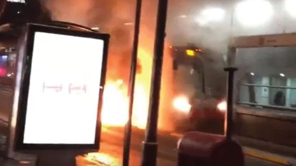 #Video Unidad de Metrobús se incendia en estación Durango