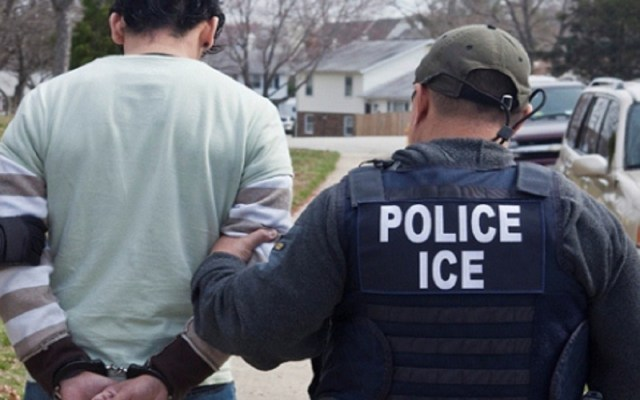 EE.UU. detuvo a más de 10 mil miembros de pandillas trasnacionales en 2018 - Migrante arrestado por ICE. Foto de internet