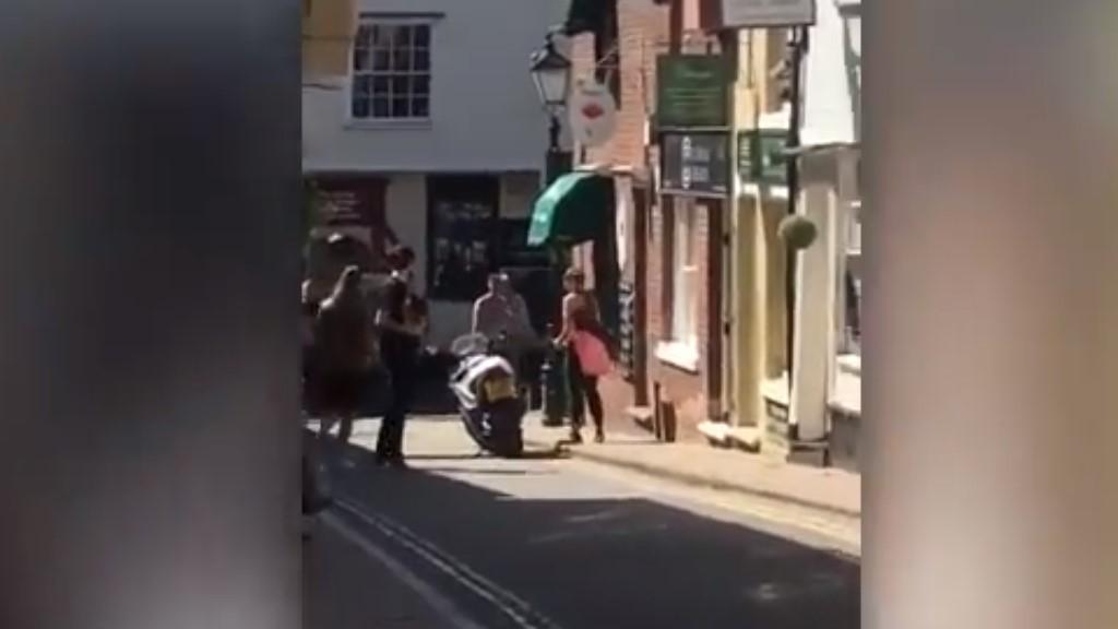 #Video Mujer frustra asalto contra joyería en Inglaterra - Captura de Pantalla