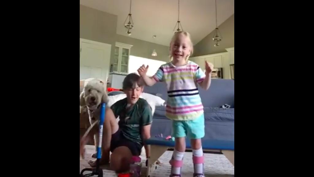 #Video Así reaccionó una niña con parálisis con sus primeros pasos - Captura de Pantalla
