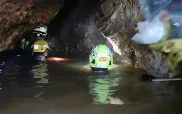 #Video Así trabajan buzos rescatistas para salvar a 12 niños en cueva de Tailandia - Foto de Daily Mail