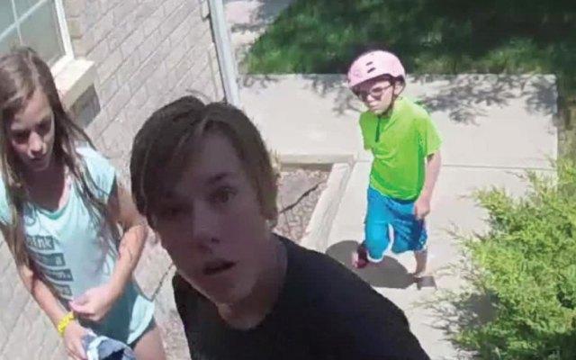 #Video Niños devuelven cartera con 700 dólares a su dueño